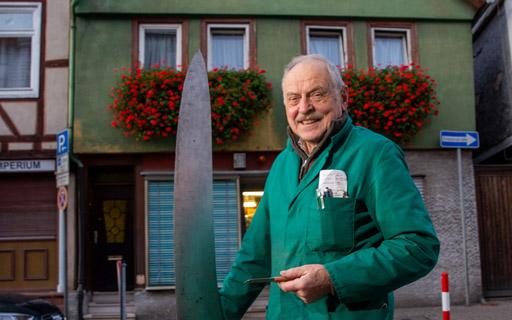Bild - Ein großes kleines Messer als Werbung für gute Handarbeit (Foto: Oeser)